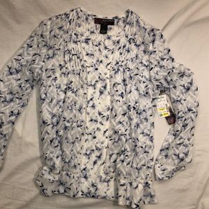 Floral white & navy blouse. Adorable loose fit!